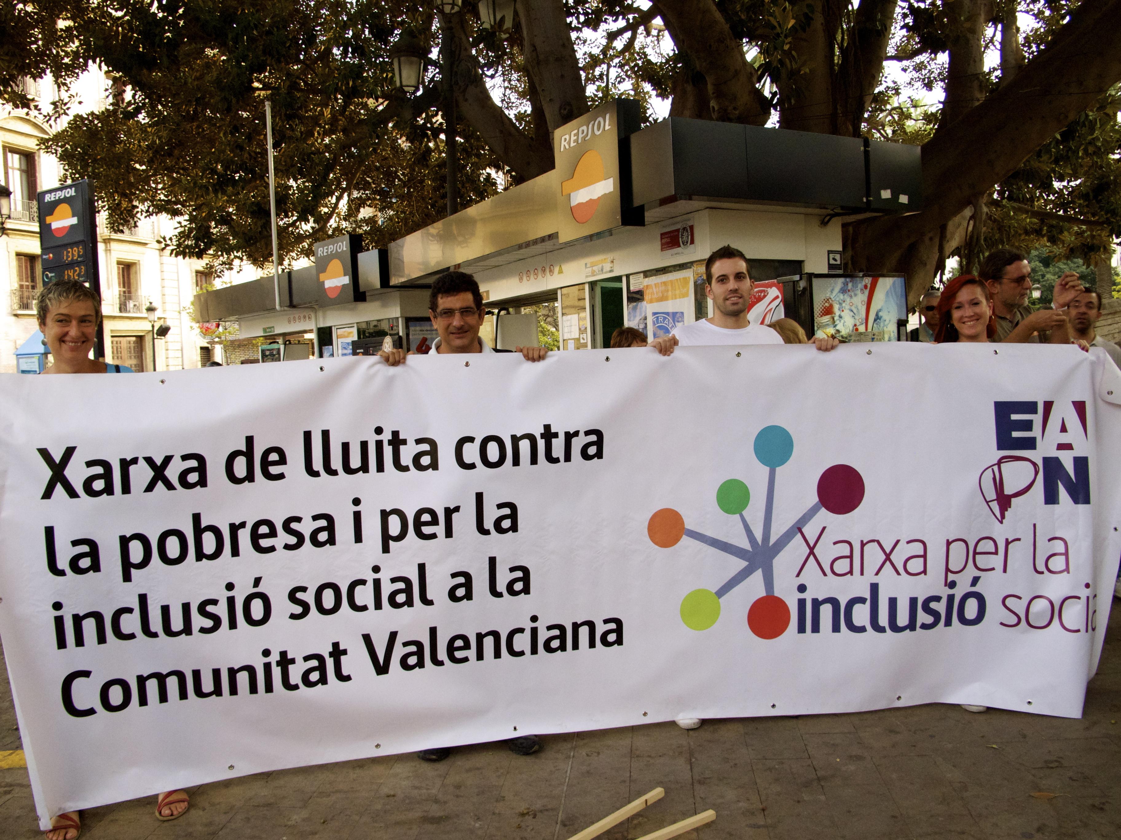 En la pancarta de cabecera de la manifestación estuvo Dori en representación de la Xarxa EAPN CV.